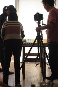レシピ本の撮影中。 自然光が綺麗なお部屋だと褒めて戴いて電気ライティングしないで撮影しております。こういうのも勉強になります。