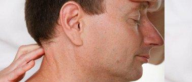 Faszientherapie – Der Nacken eines Mannes wird behandelt – Bearbeiten der suboccipitalen Muskulatur