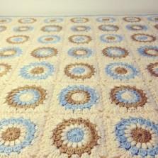 שמיכת ריבועי שמש - עושה עיניים ||Crochet sunburst granny square blanket by OsaEinaim