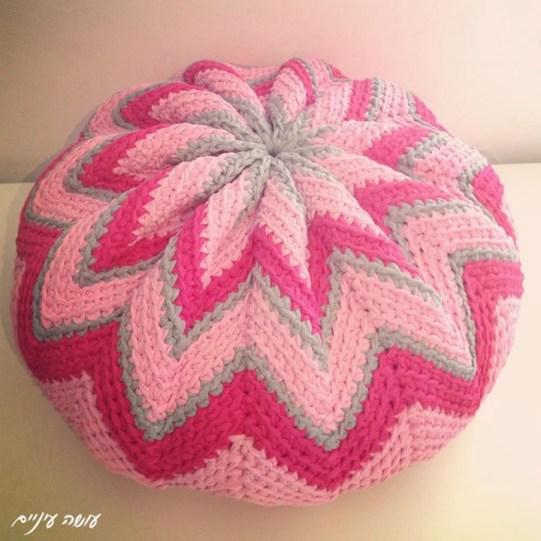 Trapillo T-shirt yarn Pinwheel pouf by OsaEinaim    עושה עיניים - הוראות לסריגת פוף דלעת מחוטי טריקו
