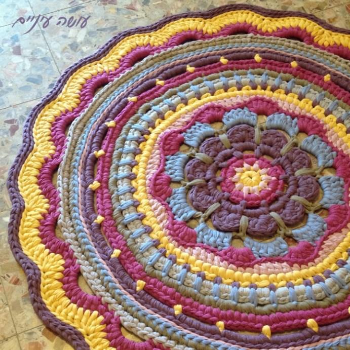 שטיח מחוטי טריקו - סורגות בזמן, נועה בקר ועושה עיניים    T-shirt yarn / Trapillo - Crochet rug