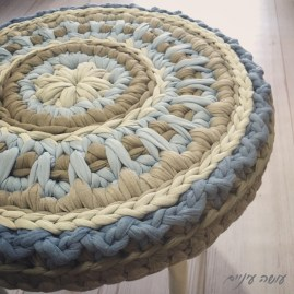 עושה עיניים - כיסוי לשרפרף סרוג מחוטי טריקו || OsaEinaim - Crochet T-shirt yarn stool cover