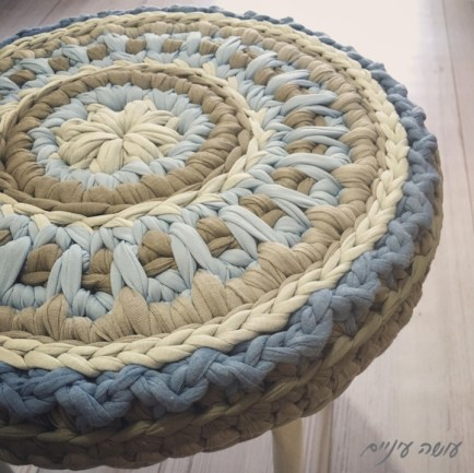 עושה עיניים - כיסוי לשרפרף סרוג מחוטי טריקו    OsaEinaim - Crochet T-shirt yarn stool cover