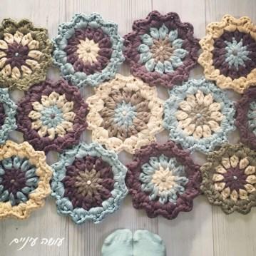 crochet t-shirt yarn trapillo flower rug pattern - by Osa Einaim    תרשים לשטיח פרחים מחוטי טריקו - עושה עיניים