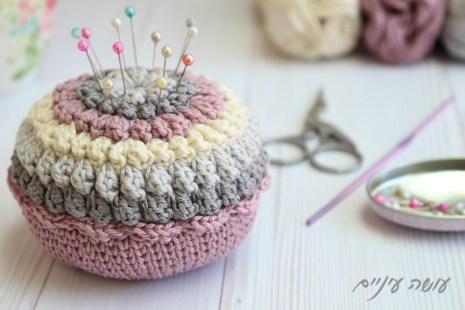 עושה עיניים - הוראות לסריגת כרית סיכות פופקורנים || Osa Einaim - Crochet Popcorn Pincushion pattern