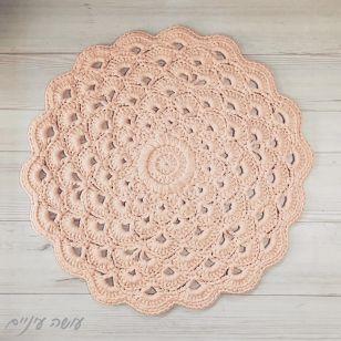 עושה עיניים - שטיח מחוטי טריקו בדוגמת מניפות פרח לוטוס    Osa Einaim - crochet t-shirt yarn rug by the Lotus flower pattern