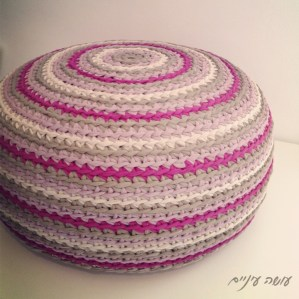 עושה עיניים - פוף סרוג מחוטי טריקו    OsaEinaim - T-shirt yarn pouf