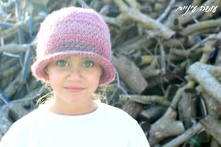 עושה עיניים - כובע סרוג בדוגמת איקסים מפוצלים    Osa Einaim - Crochet crossed center sc hat