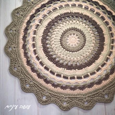 עושה עיניים - שטיח מנדלת חורף מחוטי טריקו    OsaEinaim - T-shirt yarn rug - Winter mandala