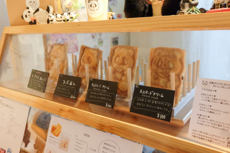 在展示櫃裏的卡仕達醬・巧克力・紅豆味的熊貓燒
