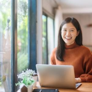 PC作業を行っている女性
