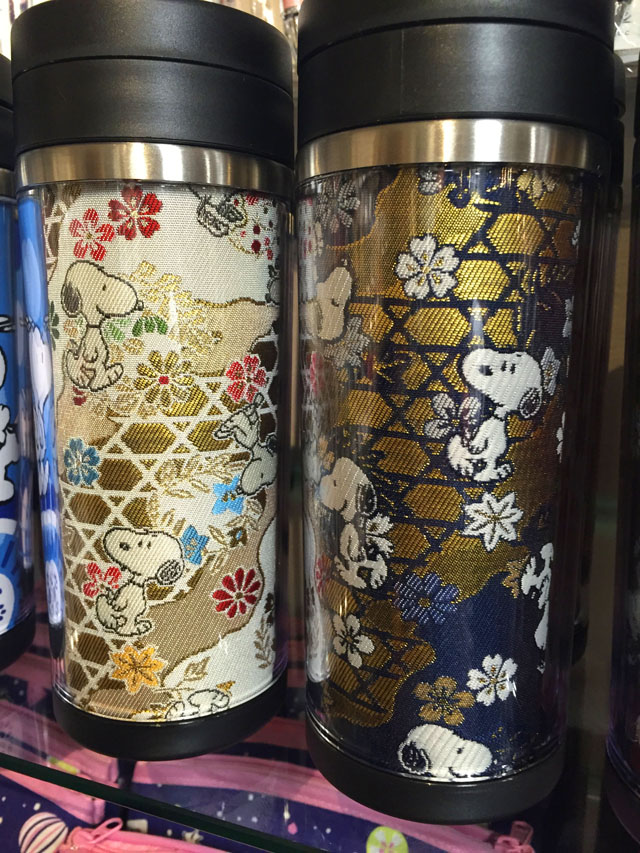 スヌーピー茶屋グッズ,ゴールドの感じが殿と姫の着物のような絵柄のタンブラー