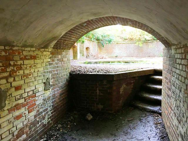 友ヶ島,沖ノ島,第3砲台跡,砲座への入り口に数段の階段がある,