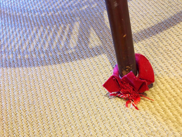 ひいなの湯,館内の様子,テーブルの足元を、赤い布で包んでいる,