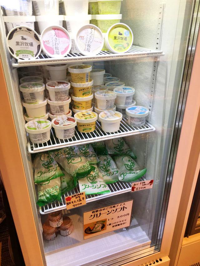 ひいなの湯,加太,淡島,お土産コーナー,冷蔵庫にいろいろな種類のアイスが販売用に並べられている様子,