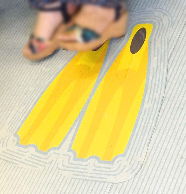 加太さかな線,めでたい電車,かい,電車の座席の床にスキューバーダイビングのフィンのシールが貼られている様子,南海電鉄,加太線,