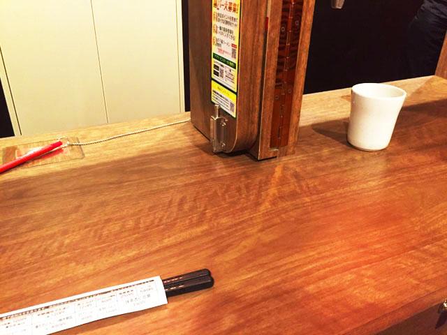 一蘭,席の仕切りをはずしてテーブルが広々とした状態