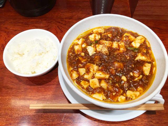 蝋燭屋,茶屋町あるこ,テーブルの左側に白ご飯、右側に麻婆麺が置かれている,