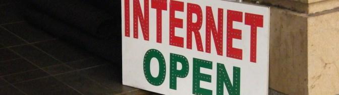 """placa na fachada de uma loja com os dizeres """"internet open"""""""
