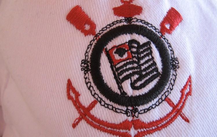 Brasão do Corinthians bordado em um boné branco