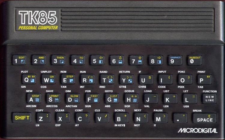 Foto de um computador TK85 Preto da Microdigital. O computador era montado em um case junto com o teclado com teclas pequenas de borracha.
