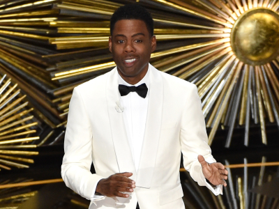 Chris Rock Sells Girl Scout Cookies at the 2016 Oscars