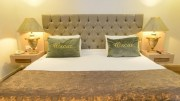 king suite master bed