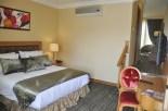 poolsidesuitebedroom