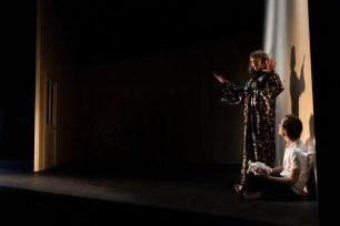 Les Étoiles, représentation au Théâtre National La Colline, Paris. Mise en scène Simon Falguières, Scénographie par Emmanuel Clolus, Lumières par Léandre Gans, Costumes par Lucile Charvet, Accessoires par Alice Delarue. Charlie Fabert & Agnès Sourdillon.