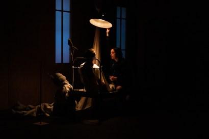 Les Étoiles, représentation au Théâtre National La Colline, Paris. Mise en scène Simon Falguières, Scénographie par Emmanuel Clolus, Lumières par Léandre Gans, Costumes par Lucile Charvet, Accessoires par Alice Delarue. Charlie Fabert & Pia Lagrange.