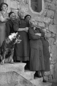Escuchando a De Gaulle, cerca de Aubenas, Francia 1961 Henri Cartier-Bresson
