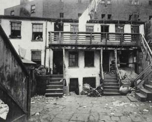 Battle Alley, cuartel general de la banda Whyo. c1880-90s. Jacob Riis