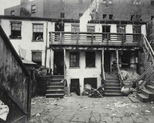 Battle Alley, cuartel general de la banda Whyo. c1880-90s. Jacob Riis