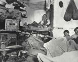 Inquilinos de un atestado cuchitril en Lodgers in Bayard Street. c1880-90s. Jacob Riis