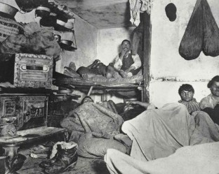 Inquilinos de un atestado cuchitril en Lodgers in Bayard Street. c1880-90s. Jacob Riis