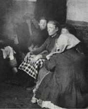 Alojamiento para mujeres en la calle Elizabeth. c1880-90s. Jacob Riis