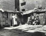 Cuesta un dólar al mes dormir en estos barracones. c1880-90. Jacob Riis