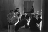 Personal del Élysée Palaca viendo la inauguración del Presidente François Miterrand, Paris 1981 Henri Cartier-Bresson