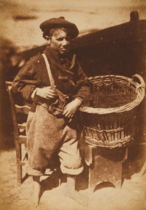 David Octavius Hill & Robert Adamson. Newhaven fisherboy (1845). Calotipo