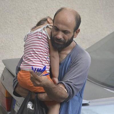 Este retrato de Abdul con su hija Reem, refugiados sirios, generó una campaña que recaudó casi $200.000 dólares por medio de las redes sociales.