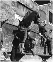 robert-doisneau-robert-doisneau-acrobaties-sur-un-banc-paris-1950s