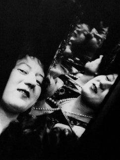 alexander-rodchenko-marie-chvetsova-dans-un-jeu-de-miroirs-1924