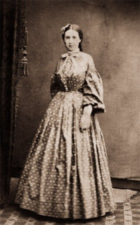 Autor desconocido. Joven mujer, guerra civil. (Waynesburg, Pennsylvania 1864-65) Un típico retrato de la época de Cameron donde abundaban los planos enteros.