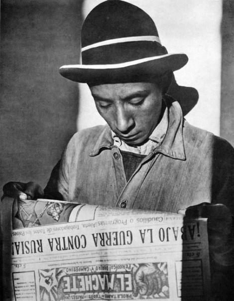 019_Tina Modotti, Uomo che legge El Machete, 1927