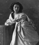 Nadar. (En este retrato clásico de Sarah Bernhardt, Nadar utilizó una luz lateral que subraya el volumen de los textiles.)