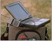 Equipo de transmisión móvil con una lap top y un teléfono móvil