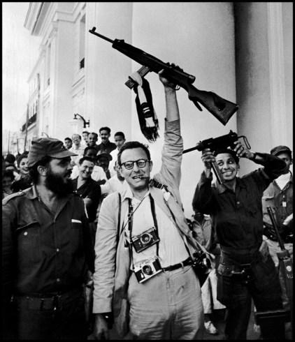 """Fotógrafo no identificado. """"El fotógrafo estadounidense Burt Glinn con Fidel Castro.""""  La Habana (1959)"""