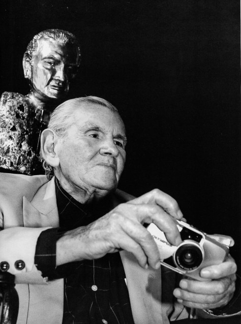 Héctor García junto a su busto en la galería de la Casa de la Cultura en la Delegación Venustiano Carranza (Ciudad de México, 2006)