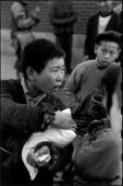 CHINA. Shanghai. 1949. Como la ley y el orden se derrumbaron junto con la caída del gobierno nacionalista en Nanking, las tiendas de arroz fueron saqueadas por los que necesitaban comida para sus familias hambrientas.