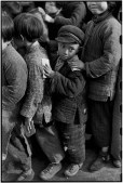 CHINA. Shanghai. 1949. Los niños esperan la distribución de arroz. Pertenecen a una institución de caridad que les proporciona una educación y alimentación mínima. Esta escuela se creó bajo la dirección de la viuda de Sun Yat-Sen.